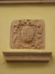 Maison dite de l'Escargot - English: Coat of arms battered during the French Revolution on the wall of the maison de l'Escargot in Tournus (Saône-et-Loire, France).