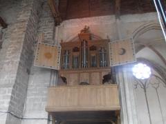 Eglise Saint-Pierre - Saint-Julien-du-Sault (Yonne, France), église Saint Pierre, orgue anonyme vers 1568, restauré par Julien Tribuot en 1695 avec ajout d'un demi-clavier d'écho et d'une trompette, réparé par Crochu en 1750, puis en 1843, tuyauterie en partie vandalisée en 1925, reconstitué en 2008 par Bertrand Cattiaux. Volets ouverts.