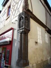 Maison du 16e siècle sur la place, dite Maison de l'arbre de Jessé ou Maison du Poteau Cornier - English: Poteau cornier de la boulangerie de Saint-Julien-du-Sault (Yonne - France)