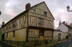 Maison à pans de bois - Français:   Saint-Julien-du-Sault: maison de bois de la fin du 15e siècle abritant le musée du patrimoine.