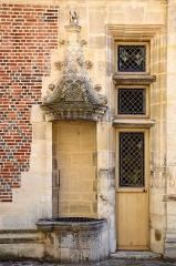 Ancien archevêché ou ancien palais archiépiscopal - Français:   Détail de la façade coté cour de l\'ancien Palais des archevêques de Sens, Yonne, Bourgogne, France