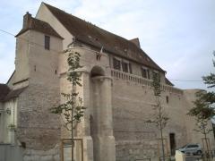 Enceinte - Français:   Enceinte fortifiée datant du 13 ème siècle sise boulevard du 14 juillet
