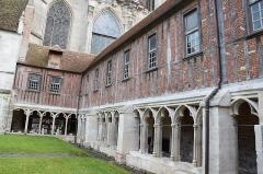 Cloître de la cathédrale et de l'ancien musée - English: Cloister of Cathédrale Saint-Pierre de Beauvais.