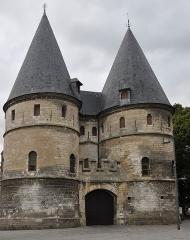 Ancien palais épiscopal, ancien palais de justice, actuellement musée départemental de l'Oise - This building is indexed in the Base Mérimée, a database of architectural heritage maintained by the French Ministry of Culture,under the reference PA00114516 .