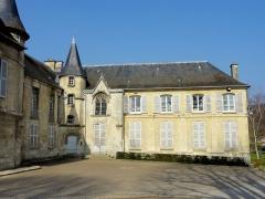 Châteaux de la Douye et du Roi Jean, au milieu d'un parc, en face de l'église - Français:   Aile orientale, vue depuis le sud.
