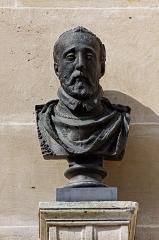 Domaine de Chantilly (parc également sur communes d'Avrilly-Saint-Léonard et Vineuil-Saint-Firmin) -  Un buste d'Henri II dans la cour de la Capitainerie du château de Chantilly.