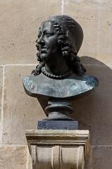 Domaine de Chantilly (parc également sur communes d'Avrilly-Saint-Léonard et Vineuil-Saint-Firmin) -  Un buste d'Anne d'Autriche dans la cour de la Capitainerie du château de Chantilly.