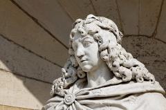 Domaine de Chantilly (parc également sur communes d'Avrilly-Saint-Léonard et Vineuil-Saint-Firmin) -  La cour de la Capitainerie du château de Chantilly. Détail de la statue de Louis XIV terrassant la Fronde par Gilles Guérin.