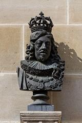 Domaine de Chantilly (parc également sur communes d'Avrilly-Saint-Léonard et Vineuil-Saint-Firmin) - Français:   Un buste de Louis XIII dans la cour de la Capitainerie du château de Chantilly.