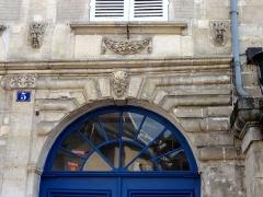 Hôtel des Rats - Français:   Porte cochère, détail, trois masques sculptés.