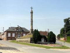 Calvaire - Français:   Le calvaire et la mairie.