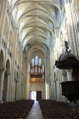 Ancienne cathédrale (église Notre-Dame) et ses annexes - Nef, Grandes orgues et portail occidental de la cathédrale Notre-Dame de Noyon (Aisne, France).