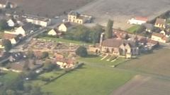 Eglise et cimetière qui l'entoure - Français:   Église Saint Lucien et son cimetière, au village nommé La-Rue-Saint-Pierre, vu par avion, dans le département de l\'Oise, Picardie, France