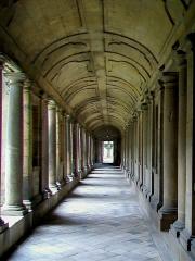 Ancienne abbaye Saint-Vincent - Français:   La galerie nord du cloître, parallèle à l\'église.