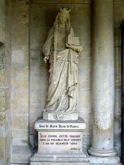 Ancienne abbaye Saint-Vincent - Français:   Abbaye Saint-Vincent, Senlis (Oise), France: Statue d\'Anne de Kiev à gauche du portail; l\'inscription fait remonter la fondation à 1060 (année de la reconstruction de la chapelle primitive) au lieu de 1065.