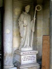 Ancienne abbaye Saint-Vincent - Français:   Statue de dom E. Leclerc, abbé de Saint-Vincent qui se sacrifia comme ôtage pendant le siège de 1418 pour sauver la ville de Senlis, à droite du portail.