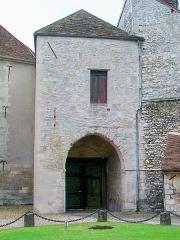 Ancien château royal, prieuré Saint-Maurice et mur gallo-romain - Français:   Porte fortifiée du XIIIe siècle, vue depuis l\'intérieur du domaine du château.