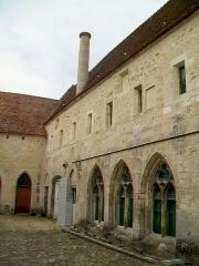 Ancien château royal, prieuré Saint-Maurice et mur gallo-romain - Français:   La façade est du bâtiment des moines, donnant sur une étroite cour.