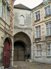 Ancien château royal, prieuré Saint-Maurice et mur gallo-romain - Français:   La porte fortifiée du château royal, façade vers la rue du Châtel, XIIIe siècle.