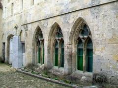 Ancien château royal, prieuré Saint-Maurice et mur gallo-romain - Français:   Bâtiment des moines, façade est, détail: fenêtres de la salle capitulaire, remaniement néogothique.