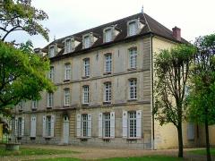 Ancien château royal, prieuré Saint-Maurice et mur gallo-romain - Français:   Prieuré Saint-Maurice - logis du prieur (musée de la Vénerie), façade occidentale.