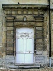 Ancien château royal, prieuré Saint-Maurice et mur gallo-romain - Français:   L\'ancienne porte principale du logis du prieur, dans l\'avant-corps nord, façade nord.