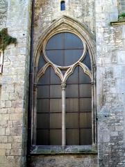 Eglise Saint-Aignan - Français:   Baie gothique au rez-de-chaussée du clocher roman, sur la rue de Beauvais: au XIIIe siècle, l\'on souhaitait que toute trace d\'architecture romane disparaisse de l\'intérieur de l\'église.
