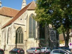 Eglise Saint-Pierre - Français:   Le chevet, avec le chœur anciennement pentagonal, dont deux pans ont été cachés derrières les chapelles latérales du XVIe siècle.