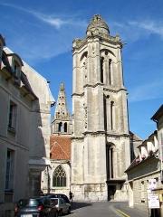 Eglise Saint-Pierre - Français:   Les deux clochers de Saint-Pierre.