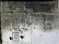 Eglise Saint-Pierre - Français:   Graffiti en bas de la seconde travée du bas-côté sud, à l\'extérieur.