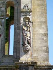 Eglise Saint-Pierre - Français:   Statue de saint sur le clocher de 1952, regardant vers l\'ouest.
