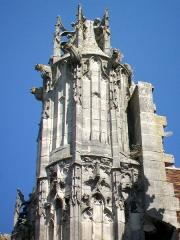 Eglise Saint-Pierre - Le pinacle sud de la façade occidentale de 1510-1520.