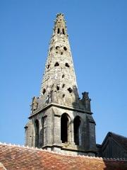 Eglise Saint-Pierre - Français:   L\'étage supplémentaire à caractère utilitaire et la pyramide gothique avec quatre pinacles sur le clocher roman, ajoutés entre 1430 et 1470 par manque de moyens pour l\'élévation d\'un nouveau clocher.