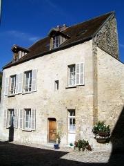 Ancienne poste aux chevaux - Français:   Hôtel de l\'Ange, bâtiment annexe côté nord de la cour