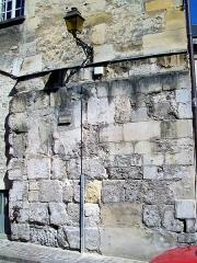Enceinte gallo-romaine - Français:   L\'ultime vestige de la porte de Rheims (ou porte Bellon) gallo-romaine démolie en 1806 est cette partie de mur à l\'extérieur de l\'ancien palais épiscopal, rue du chancelier Guérin.