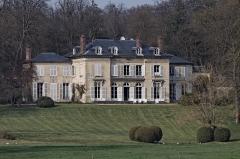 Château Saint-Firmin et annexes -  Le château de Saint-Firmin vu du parc du château de Chantilly.