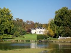 Château Saint-Firmin et annexes - Français:   Le bassin octogonal au premier plan, et le château de Saint-Firmin, également propriété de l\'Institut, mais loué à des particuliers.
