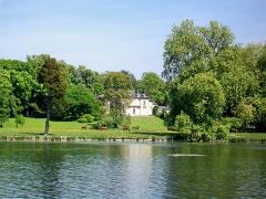 Château Saint-Firmin et annexes - Français:   Le bassin hexagonal au Petit Parc, dans lequel se jete la Grande Cascade, vue sur le château de Saint-Firmin (commune de Vineuil-Saint-Firmin).