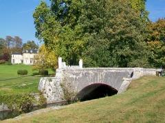 Château Saint-Firmin et annexes - Français:   Le château de Saint-Firmin dans le parc du château de Chantilly, au nord du bassin octogonal, et pont sur un canal secondaire.
