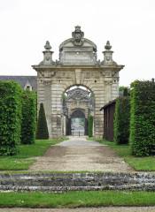 Château de Blérancourt, ancien château des Ducs de Gesvres, actuellement Musée national de la coopération franco-américaine ou Musée national des Deux-Guerres - Nederlands: Blérancourt (departement Aisne, Frankrijk): toegangspoort van het kasteel