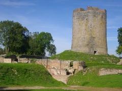 Ancien château fort de Guise - Château de Guise (Aisne, France): donjon et bâtiment des prisonniers d'État