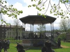 Familistère Godin -  Guise (Aisne, France) -  Le kiosque du Familistère, lors de la fête du 1er mai 2008.  on aperçoit au fond à gauche un immeuble en brique de trois étages, c'est le familistère Cambrai   .