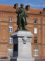 Familistère Godin - Familistère de Guise (Aisne, France): statue de Godin devant le palais social