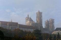 Ancienne cathédrale, actuellement église Notre-Dame, et cloître - Deutsch: Nordwestansicht bei herbstlichem Morgennebel der Kathedrale Notre-Dame von Laon, Picardie, Frankreich