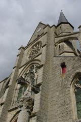 Eglise Saint-Julien et Saint-Jean-Baptiste - Français:   Façade de l\'église et calvaire au premier plan