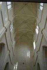 Eglise Saint-Julien et Saint-Jean-Baptiste - Français:   Voûte depuis l\'allée centrale (XIII-XIVe siècle)