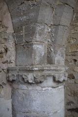 Prévôté de Favières - Français:   Détail d\'un chapiteau.