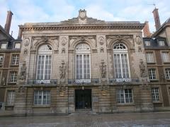 Théâtre - Français:   Façade de l\'ancien théâtre d\'Amiens, aujourd\'hui banque LCL, rue des Trois-Cailloux.