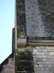 Eglise Saint-Pierre -  Mailly-Maillet (Somme, France) -   Détail extérieur de l'église: visage sculpté à l'angle du pignon du transept Nord.