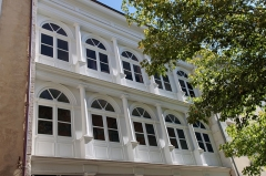Hôtel Brillat-Savarin - Français:   Gallerie en bois dans la cours de l\'hôtel Brillat-Savarin, à Belley (France)